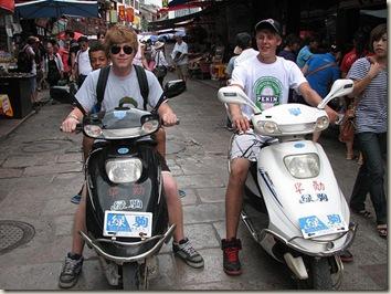 Gijs en Silke op scooter